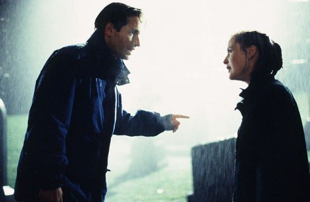 Mulder_and_Scully_raining_piloto